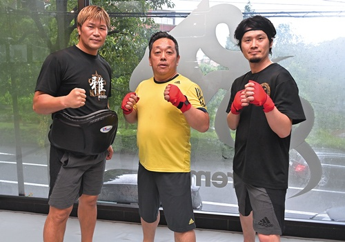 左が元K-1ファイターの小比類巻氏。中央が守井氏で、仕事仲間の経営者と一緒に。「経営者の性格がキックボクシングにも表れる」と小比類巻氏(写真/菊池一郎)