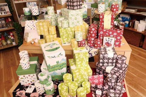 """<span class=""""fontBold"""">日本茶のパッケージだけでなく菓子や雑貨、ギフト商品の企画も行う</span>(写真:都築雅人)"""