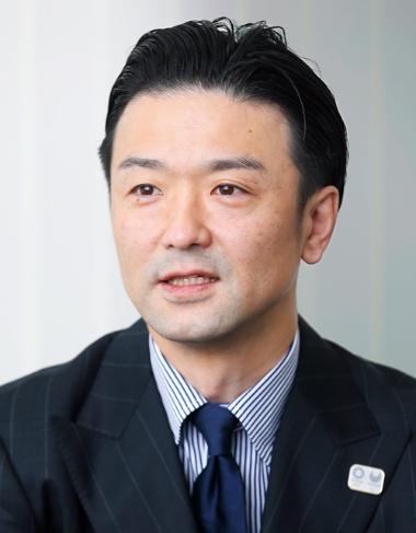 """<span class=""""fontBold""""> 青木 彰宏(あおき・あきひろ)</span><br>1970年東京都生まれ。紳士服チェーン、AOKIの創業者である青木拡憲(ひろのり)氏の次男として生まれる。成城大学経済学部卒業後、アオキインターナショナル(現AOKIホールディングス)に入社。2010年から現職。21年3月期の売上高は1431億円で前期比20.6%減(写真/鈴木愛子)"""