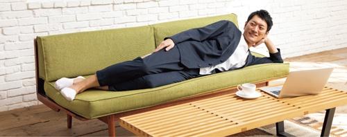 「パジャマスーツ」は、上下で10%税込み1万978円。スピード重視で商品開発を進めたため、モデルを用意する時間がなく、広報室長が代わって務めた。購入者は20代から70代までと幅広い