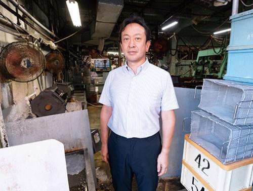 """<span class=""""fontBold"""">深田 稔(ふかだ・みのる)社長</span><br />1964年東京都生まれ。大学卒業後、大手製菓メーカーの営業職を経て91年に深中メッキ工業に入社。父の急逝後、母と共に苦しい経営状態の会社を立て直し、2009年に社長就任。従業員10人の中小企業だが、特殊なめっき技術でさまざまな分野で利用されている(写真/稲垣純也)"""