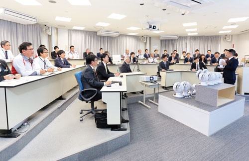 毎週月曜に開く「プレゼン会議」。議長は大山晃弘社長(最前列で指を指す人)が務める