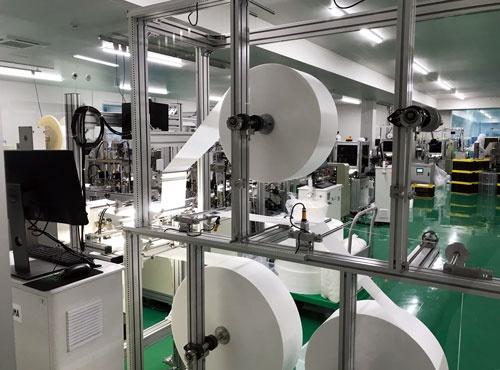 宮城県の角田工場にあるマスクの生産ライン。コロナ下で急きょ組み上げた。アイリスは専用機を極力買わず、汎用機を自前で改造する