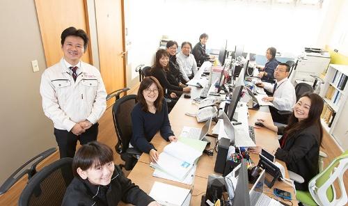 竹延社長と、建設アシスタントの社員たち。他社からの引き合いも多いという(写真:太田未来子)