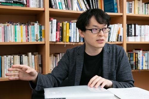 "<span class=""fontBold"">杉浦泰(すぎうら・ゆたか)</span><br />社史研究家兼ウェブプログラマー<br />1990年生まれ、神戸大学大学院経営学研究科を修了後、みさき投資を経て、現在は社史研究家兼ウェブプログラマーとして活動。社史研究は2011年からスタートし、18年1月から長期視点をビジネスパーソンに広める活動を開始(ウェブサイト「<span class=""textColRed""><a href=""https://database-meian.jp/"" target=""_blank"">決断社史</a></span>」)。現在はウェブサイト「<span class=""textColRed""><a href=""https://the-shashi.com/"" target=""_blank"">The社史</a></span>」を運営する"