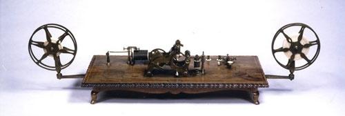 ペリー提督が献上したエンボッシング・モールス電信機 写真=郵政博物館提供