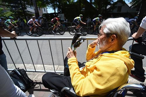 自転車レースを見つめる島野喜三(2018)(写真=NurPhoto / Getty Images)