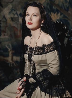"""<span class=""""fontBold"""">Hedy Lamarr(1914~2000):</span>ウィーン出身の女優・発明家。30本以上の映画に出演し、6回の結婚・離婚をしたハリウッドスター。魚雷の無線誘導技術に関心を持ち、妨害電波に強い「周波数ホッピング」方式を考案し、1942年に友人と共同で特許をとった。ラマーらはこの発明の功績により「全米発明家殿堂」入りしており、誕生日である11月9日は母国オーストリアやドイツなどで「発明家の日」とされている。(写真:Eliot Elisofon / Getty Images)"""