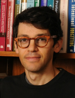 """<span class=""""fontBold"""">レイモンド・フィスマン<br> (Raymond Fisman)</span><br> 米コロンビア大学経営大学院教授、社会事業プログラム共同ディレクター。米ハーバード大学で経営学の博士号(Ph.D.)を取得後、世界銀行アフリカ部門でコンサルタントとして働く。1999年から米コロンビア大学に籍を置く。米ニューヨーク・タイムズ、アル・ジャジーラ、上海デイリーなど、さまざまな媒体に寄稿。"""