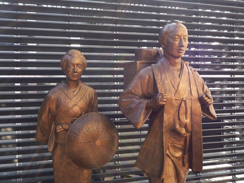 2020年12月、JR小田原駅前に開業した商業施設内に新たに完成した、二宮金次郎夫婦像。桜町領(現・栃木県真岡市の一部)へ、人生を懸けて出立した決意の姿を表している。小田原の人々にとって、金次郎は今でも尊敬すべき対象だ