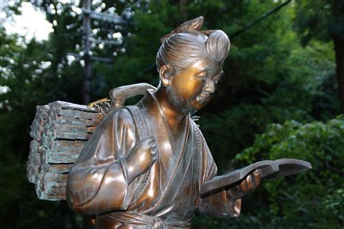 「負薪(ふしん)読書」の二宮金次郎少年像。本人の意志・業績とは関係なく、「勤勉、倹約して国家に奉仕する理想的な臣民像」として利用された(写真:PIXTA)