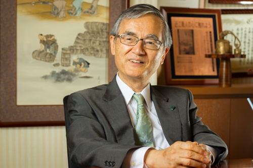 "<span class=""fontBold"">塚本喜左衛門(つかもと・きざえもん)</span><br> 1948年生まれ。71年、大阪市立大学経済学部卒。75年、ツカキを設立し、社長に就任。84年、塚喜商事の社長に就任(6代目喜左衛門襲名)。2019年、「西陣織あさぎ美術館」館長に就任。ほか、NPO三方よし研究所理事長、京都・国登録文化財所有者の会会長なども務める(写真:菅野勝男)"