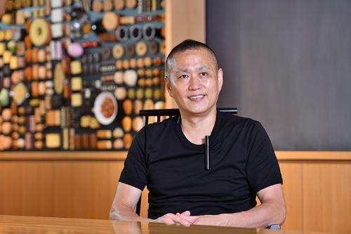 """<span class=""""fontBold"""">やまもと・まさひと</span><br>たねやグループCEO(最高経営責任者)。1969年、滋賀県近江八幡市でたねや創業家の10代目として生まれる。19歳より10年間、和菓子作りの修業を重ねる。25歳のとき全国菓子大博覧会にて「名誉総裁工芸文化賞」を最年少受賞。2002年、洋菓子のクラブハリエ社長、2011年たねや4代目を継承、2013年より現職(写真:水野浩志)"""