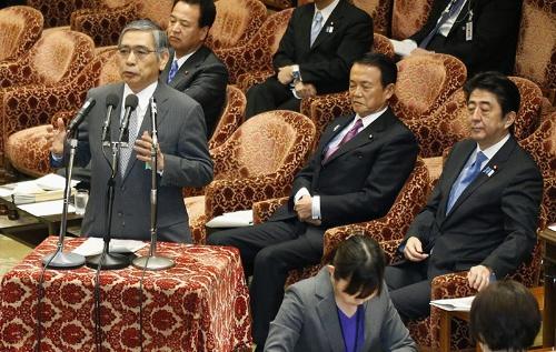 2013年4月、就任から間もなく衆院予算委に出席した日銀の黒田東彦総裁。右端は安倍晋三首相(当時)(写真:共同通信)