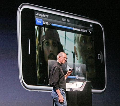 2007年1月9日、「Macworld」で講演するスティーブ・ジョブズ(写真:MediaNews Group/Bay Area News via Getty Images)