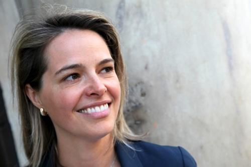 """<span class=""""fontBold"""">エリン・メイヤー[Erin Meyer]</span><br>仏INSEAD(インシアード)マネジメント実践教授<br> 大学卒業後、米政府が運営するボランティア組織「平和部隊」の一員としてアフリカで2年間英語を教える。2010年からINSEAD客員教授。専門は異文化経営で、企業幹部向けプログラム「国境と文化を超えるリーダーシップ」のディレクターも務める。世界各国の文化を8つの指標で分析する「カルチャー・マップ」で注目を集め、世界で最も影響力のある経営思想家を選ぶ「Thinkers50」に過去2度選出されている。"""