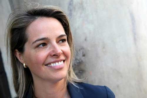 """<span class=""""fontBold"""">エリン・メイヤー[Erin Meyer]</span><br />INSEAD(インシアード)マネジメント実践教授<br />大学卒業後、米政府が運営するボランティア組織「平和部隊」の一員としてアフリカで2年間英語を教える。INSEAD客員教授を経て2021年から現職。専門は異文化経営で、企業幹部向けプログラム「国境と文化を超えるリーダーシップ」のディレクターも務める。世界各国の文化を8つの指標で分析する「カルチャー・マップ」で注目を集め、世界で最も影響力のある経営思想家を選ぶ「Thinkers50」に過去2度選出されている。"""