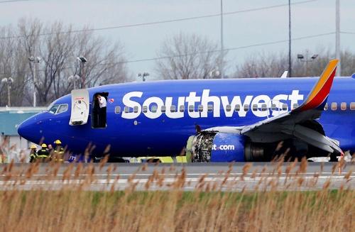 4月17日、エンジンの故障で旅客機が緊急着陸した(写真:AP/アフロ)