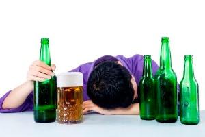 左党にとって、心底まで酔えるのはかけがえのない幸せではあるが、飲酒量が増えるにつれて「脳」の萎縮も進むことがわかっている。(©ximagination-123rf)