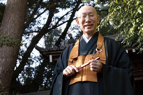 <b>枡野 俊明(ますの・しゅんみょう)氏</b><br /> 建功寺住職、庭園デザイナー、多摩美術大学教授。1953年神奈川県生まれ。玉川大学農学部卒業後、大本山總持寺で修行、現在に至る。庭園デザイナーとしても活躍し、「禅の庭」の創作活動は1999年に芸術選奨文部大臣新人賞、2006年にドイツ・国功労勲章功労十字小綬章を受章するなど国内外で高い評価を得ている。作品はカナダ大使館、セルリアンタワー東急ホテル日本庭園などに採用されている。著書に『考える前に動く習慣』『劣等感という妄想』など多数ある。(写真:高山 透、以下同)