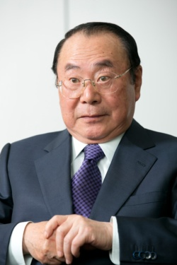 1946年秋田県生まれ。山形大学を卒業後、70年に伊藤忠商事に入社。畜産部長や関連会社プリマハム取締役を経て、99年に食料部門長補佐兼CVS事業部長に。2000年5月にファミリーマートに移り、2002年に代表取締役社長に就任。2013年に代表取締役会長となり、ユニーグループとの経営統合を主導。2016年9月、新しく設立したユニー・ファミリーマートホールディングスの代表取締役社長に就任。2017年3月から同社取締役相談役。趣味は麻雀、料理、釣り、ゴルフ、読書など。料理の腕前はプロ顔負け。(写真:的野弘路)