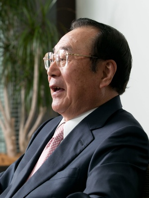 1946年秋田県生まれ。山形大学を卒業後、70年に伊藤忠商事に入社。畜産部長や関連会社プリマハム取締役を経て、99年に食料部門長補佐兼CVS事業部長に。2000年5月にファミリーマートに移り、2002年に代表取締役社長に就任。2013年に代表取締役会長となり、ユニーグループとの経営統合を主導。2016年9月、新しく設立したユニー・ファミリーマートホールディングスの代表取締役社長に就任。2017年3月から同社取締役相談役。同年5月に取締役を退任。趣味は麻雀、料理、釣り、ゴルフ、読書など。料理の腕前はプロ顔負け。(写真:的野弘路)