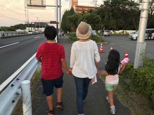妻と子ども2人が仲良く手をつないで歩いている姿を、後ろから写真で撮るのが好きだという