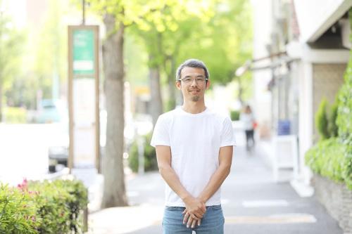 """<span class=""""fontBold"""">西村琢(にしむら・たく)</span><br />ソウ・エクスペリエンス代表取締役。1981年東京都生まれ。慶応義塾大学経済学部在学中の2003年に、松下電器産業(現・パナソニック)のビジネスプランコンテストで優勝。出資を受ける権利を得るも、自ら起業する道を選び、大学卒業後の2005年に体験ギフトの企画販売会社ソウ・エクスペリエンスを設立。2016年には年間出荷数10万個を突破。「コト消費」の提案型企業として、また子連れ出勤や社員の社外活動の""""体験""""を応援する助成制度など働き方の面でも注目される。取材時、36歳。神奈川県在住。食品プロデュースなどを手掛ける妻、7歳の長男、4歳の次男の4人暮らし(取材日/2018年4月11日、インタビュー撮影/鈴木愛子、ほかも同じ)"""