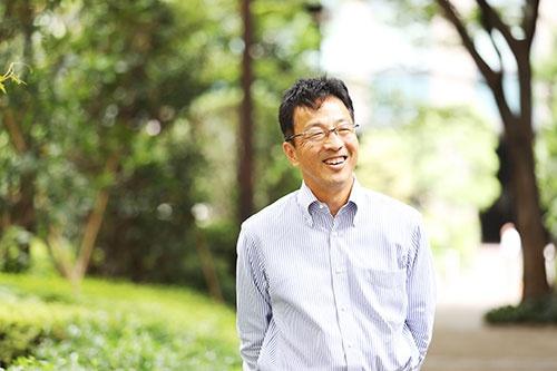 "<span class=""fontBold"">NPO法人コヂカラ・ニッポン代表  川島高之(かわしま・たかゆき)氏</span><br />1964年神奈川県生まれ。慶應義塾大学理工部卒業後、87年に三井物産に入社。2012年、同社グループの上場会社の社長に就任。在任中に職場の業務改善を実施し、残業時間を4分の1まで削減。一方で利益は3年間で8割増、時価総額を2倍に。一児の父としてPTA会長などの地域活動にも積極的に参加した。大手総合商社の管理職、上場会社の社長の経験をもとに「イクボス」の普及のための活動を始め、16年に早期退職し、独立。企業向け講演・研修は年間300本以上。NPO法人ファザーリング・ジャパン理事、ライフシフト・ジャパン取締役も務める。取材時、54歳。神奈川県在住。共働きで管理職の妻は単身赴任中。長男との2人暮らし(取材日/2018年9月10日、撮影/鈴木愛子)"