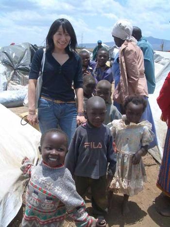 筆者。ケニアで発生した暴動のため避難民となった子どもたちと