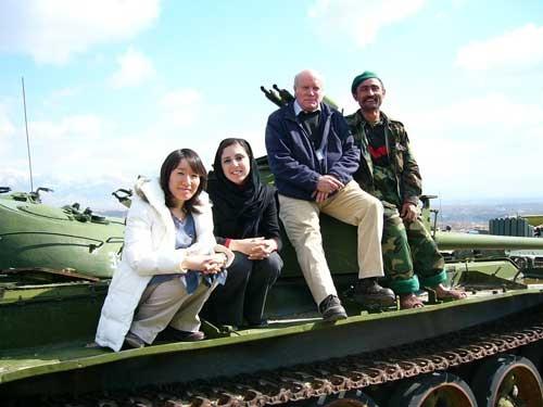 アフガニスタンで武装解除を行った際、回収した戦車の上で国連職員、現地兵士と