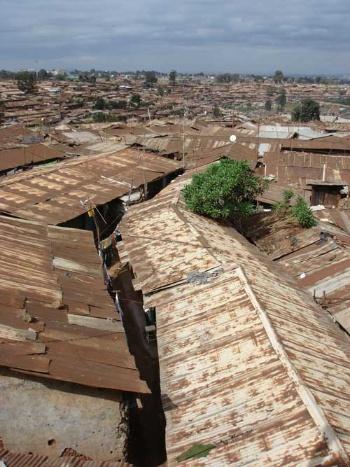 ケニアで2番目に大きいマザレスラム。異なる民族出身の推定40万人の貧困層の人々がひしめき合って暮らしている