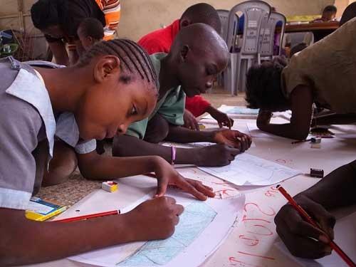 絵や粘土などを使って心のケアを行う「アートセラピー」。言葉で気持ちを表現しにくい子どもなどを対象に効果を上げている