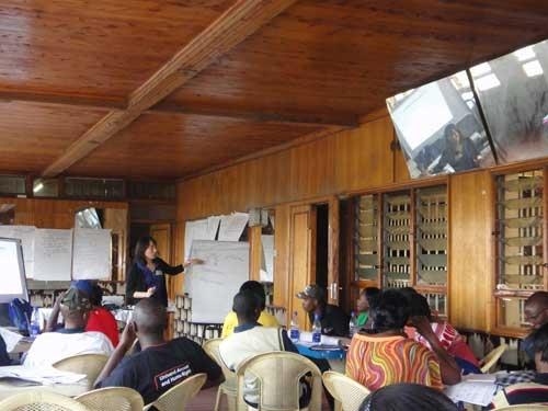 紛争解決の方法について、ケニアの住民たちに研修する筆者