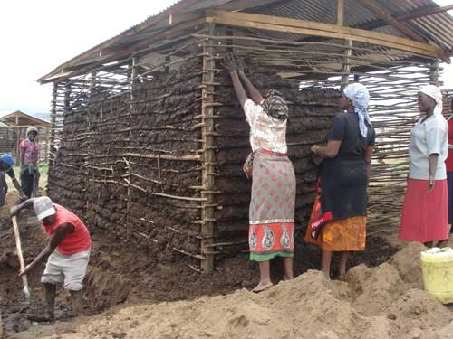異なる民族の住民が協力して住宅を建設する仕組みを取り入れた。石や木も住民たち自身に調達してもらった
