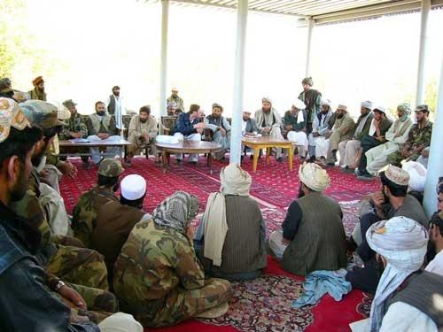 アフガニスタンでの武装解除に伴う、民兵組織との交渉風景。交渉内容によって、司令官と単独でするか、他の部下の面前でするかが変わることもある。