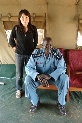 警察の司令官:交渉のあと、ある程度打ち解けた司令官は微笑んでいた