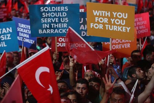 クーデターに反対するトルコの市民(写真:AP/アフロ)