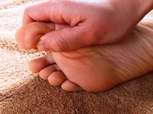 親指の側面は、手の親指と人差し指を使い、ペンチで挟むように親指の側面を根元からつかみ、そのまま絞るように指先まで押し上げる。(写真提供:今枝さん)