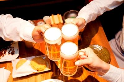 接待などの酒席が多いと、アルコールの摂取によって睡眠の質が悪くなり、帰宅時間が遅くなることで睡眠時間も少なくなりがちだ。(c)PaylessImages-123RF