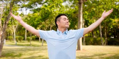 大きく息を吸おうとして胸をそらす、一般的な深呼吸が快眠の妨げになることも!?(c)imtmphoto-123RF